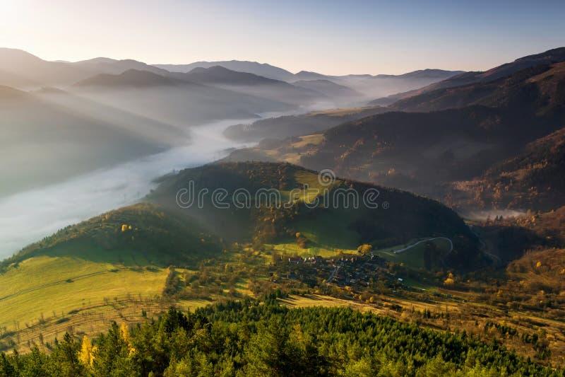 Paesaggio di autunno a Vlkolinec fotografie stock libere da diritti