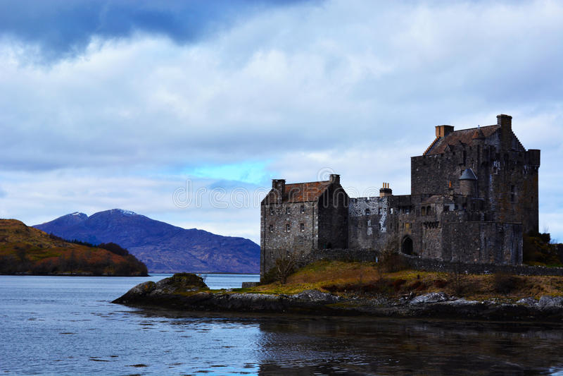 Paesaggio di bello castello architettonico negli altopiani scozzesi fotografie stock