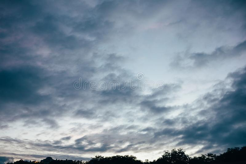 Paesaggio di bello cielo grigio immagine stock