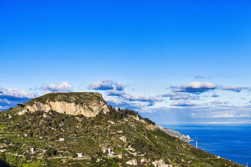 Paesaggio di Castelmola con la montagna ed il cielo immagine stock libera da diritti
