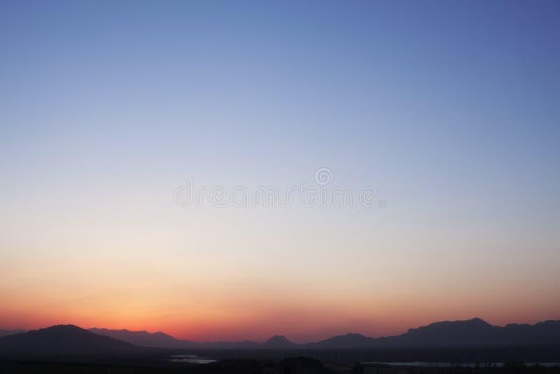 Paesaggio di catena montuosa e del cielo al crepuscolo, la Cina immagini stock