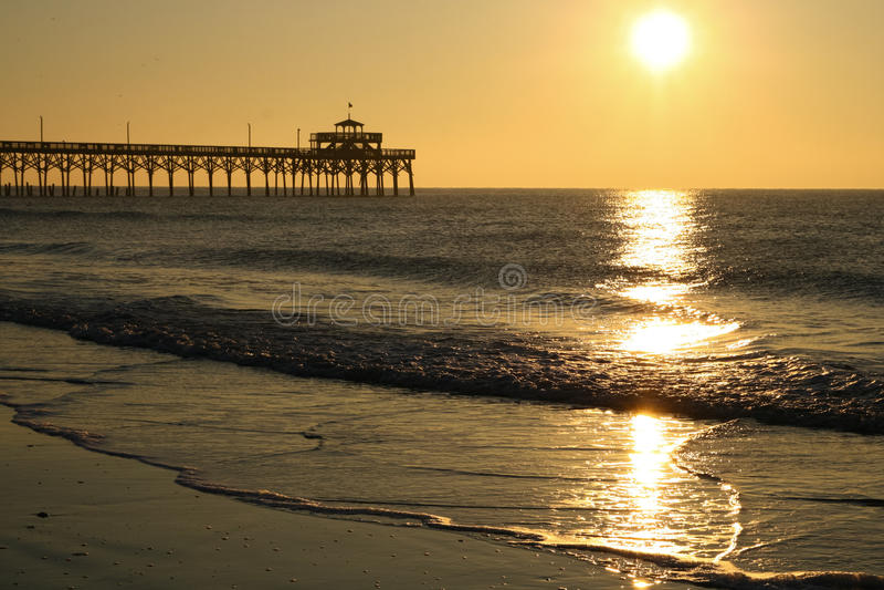Paesaggio di Cherry Grove Pier Myrtle Beach di alba fotografie stock libere da diritti