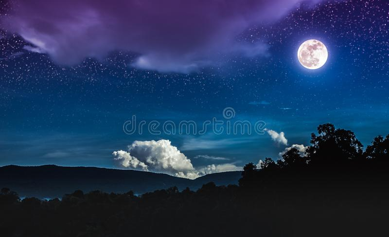 Paesaggio di cielo notturno blu con molte stelle e bella m. completa fotografia stock