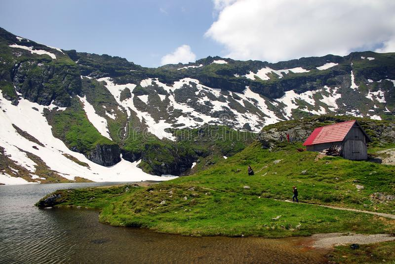 Paesaggio di estate al chalet del lago Balea in montagne di Fagaras, Carpathians fotografie stock