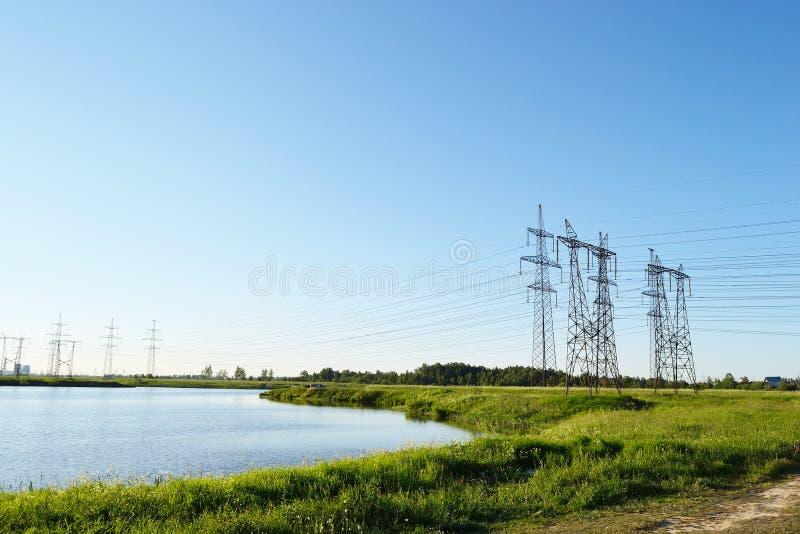 Paesaggio di estate con i piloni di elettricità fotografia stock libera da diritti