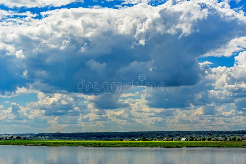 Paesaggio di estate con il fiume immagine stock libera da diritti