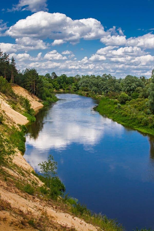 Paesaggio di estate con il fiume ed il cielo blu immagini stock