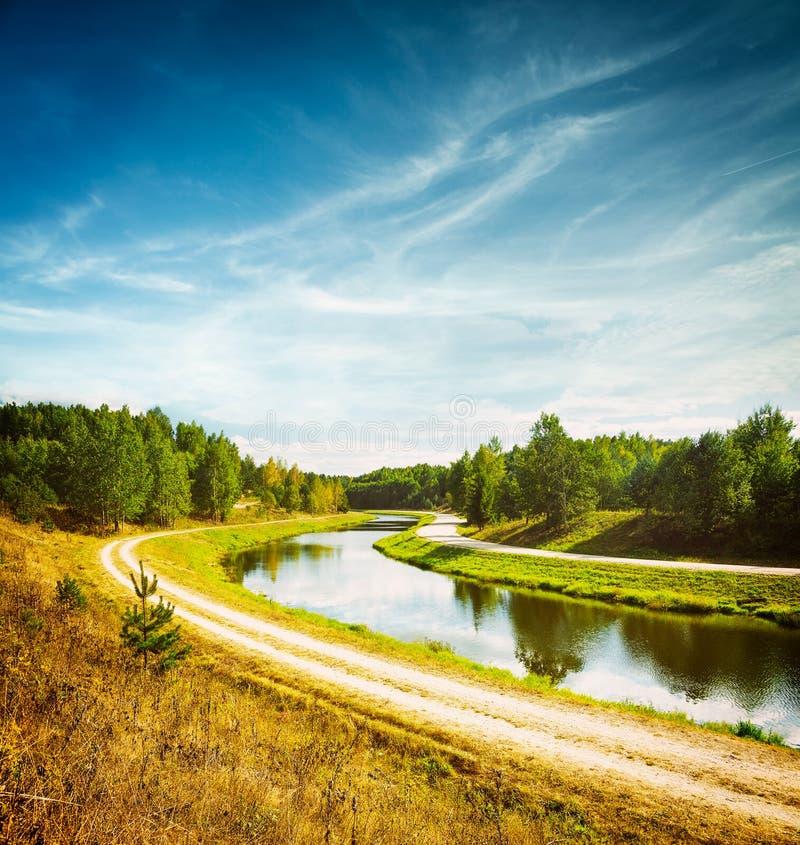 Paesaggio di estate con il fiume ed il cielo blu fotografia stock libera da diritti