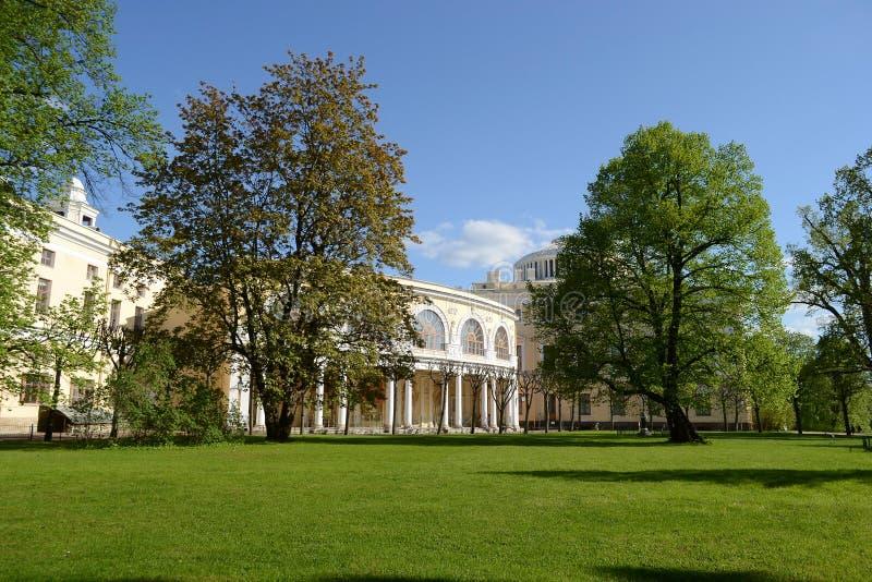 Paesaggio di estate con il palazzo di Pavlovsk fotografia stock libera da diritti
