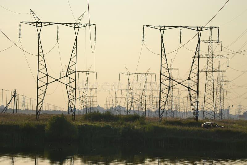 Paesaggio di estate con la linea elettrica immagine stock libera da diritti