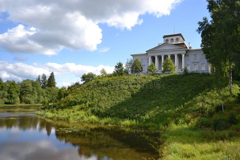 Paesaggio di estate con la vecchia proprietà di famiglia immagine stock