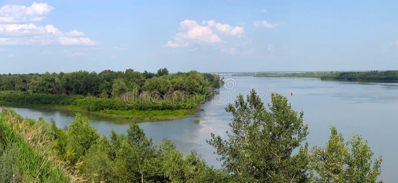 Paesaggio di estate con un fiume. Panorama fotografia stock libera da diritti