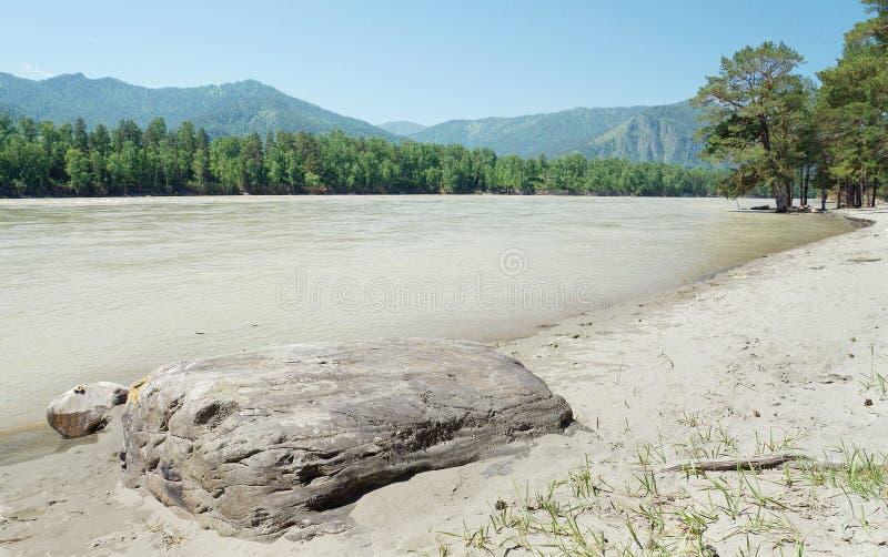 Paesaggio di estate con una grande pietra sulla riva immagini stock libere da diritti