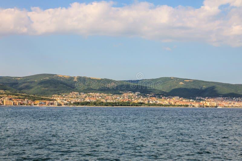 Paesaggio di estate della città e del mare con le montagne Ombre ed acqua blu con il cielo e le nuvole bianche Sveti Vlas in Bulg fotografie stock libere da diritti