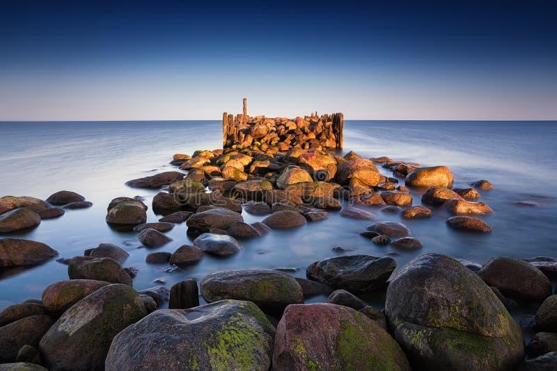 Paesaggio di estate di alba con il vecchio pilastro tagliato fotografie stock libere da diritti