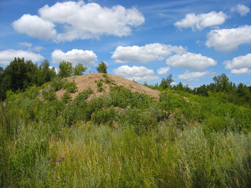 Paesaggio di estate: nuvole sopra la collina fotografia stock