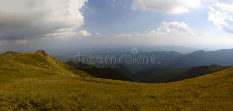 Paesaggio di estate sopra la montagna carpatica immagine stock libera da diritti