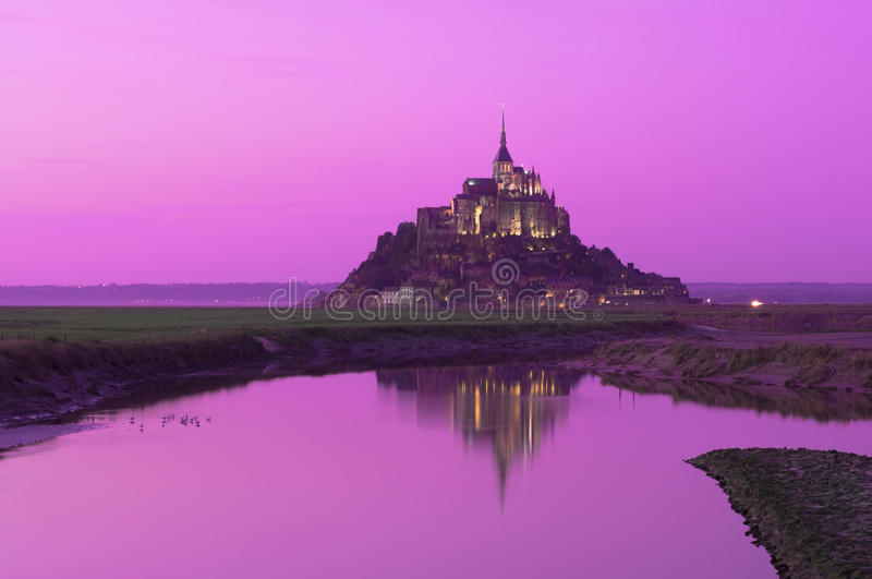 Paesaggio di fantasia del castello di Mont Saint Michel al tramonto immagine stock libera da diritti
