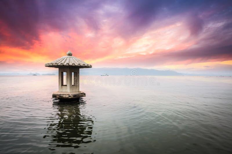 Paesaggio di Hangzhou nel tramonto fotografia stock libera da diritti