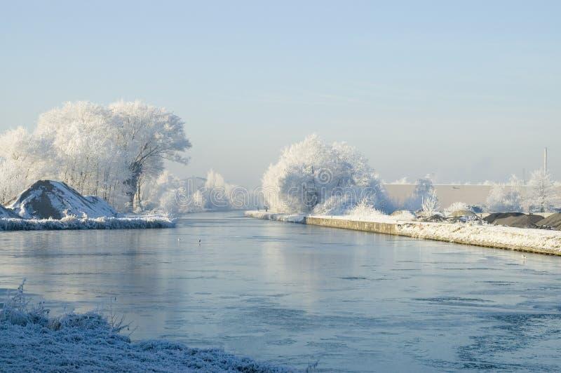 Download Paesaggio di inverno fotografia stock. Immagine di acqua - 3895412