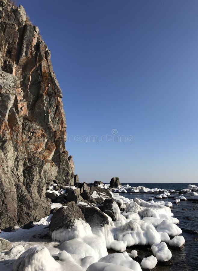 Paesaggio di inverno alla costa immagine stock