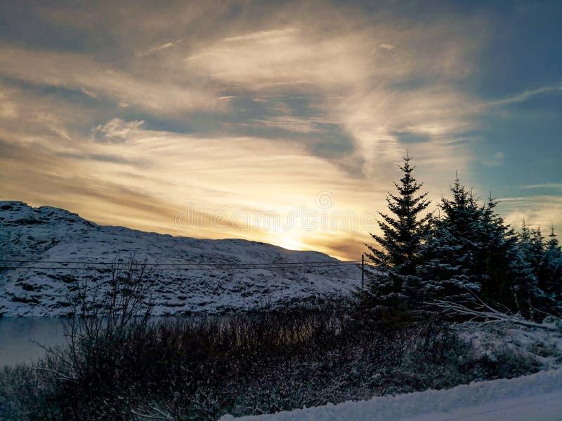 Paesaggio di inverno, area montagnosa sopra il fiordo, Norvegia fotografia stock