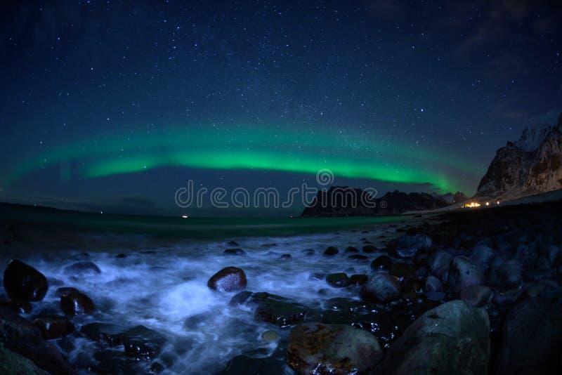 Paesaggio di inverno con Aurora Borealis e la luna piena luce nordica s nell'arcipelago di Lofoten, Norvegia fotografie stock libere da diritti