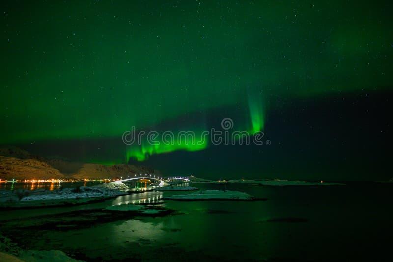 Paesaggio di inverno con Aurora Borealis luce nordica s nell'arcipelago di Lofoten, Norvegia immagine stock