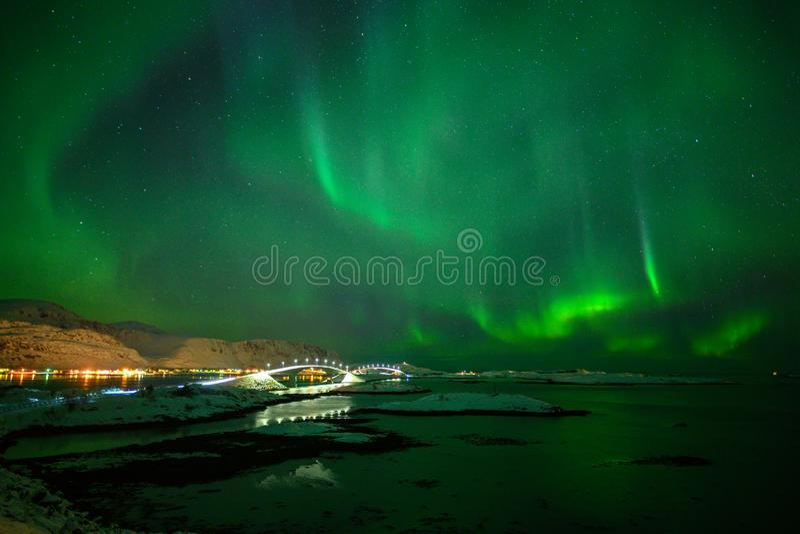 Paesaggio di inverno con Aurora Borealis luce nordica s nell'arcipelago di Lofoten, Norvegia fotografia stock