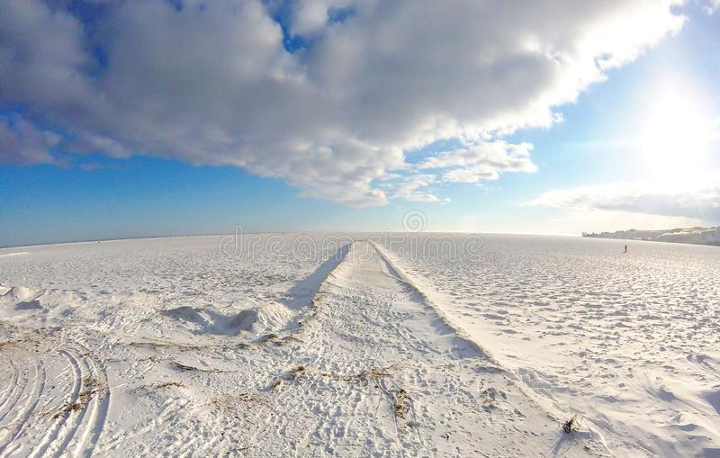 Paesaggio di inverno con il mare, la neve, il ghiaccio ed il pilastro congelati fotografie stock