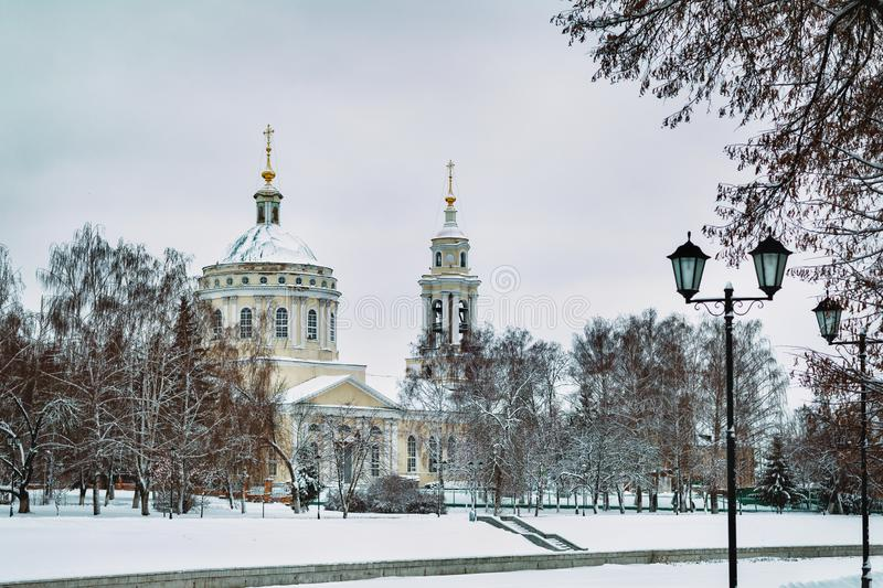 Paesaggio di inverno con la vista della chiesa di St Michael l'arcangelo La Russia, città di Orël immagine stock
