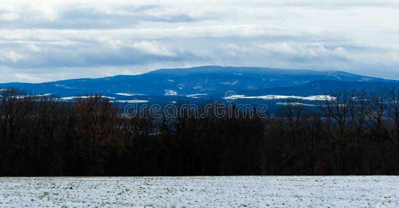 Paesaggio di inverno con neve, gli alberi e la collina Klet, paesaggio ceco fotografia stock