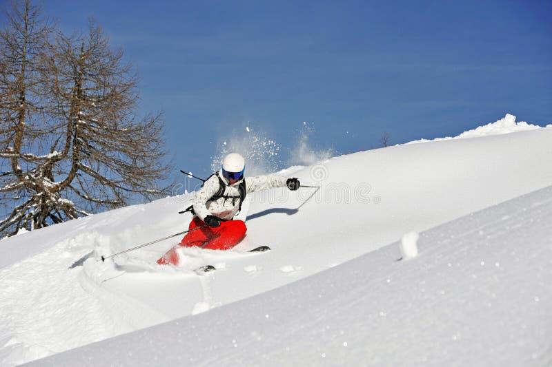Paesaggio di inverno con uno sciatore fotografia stock
