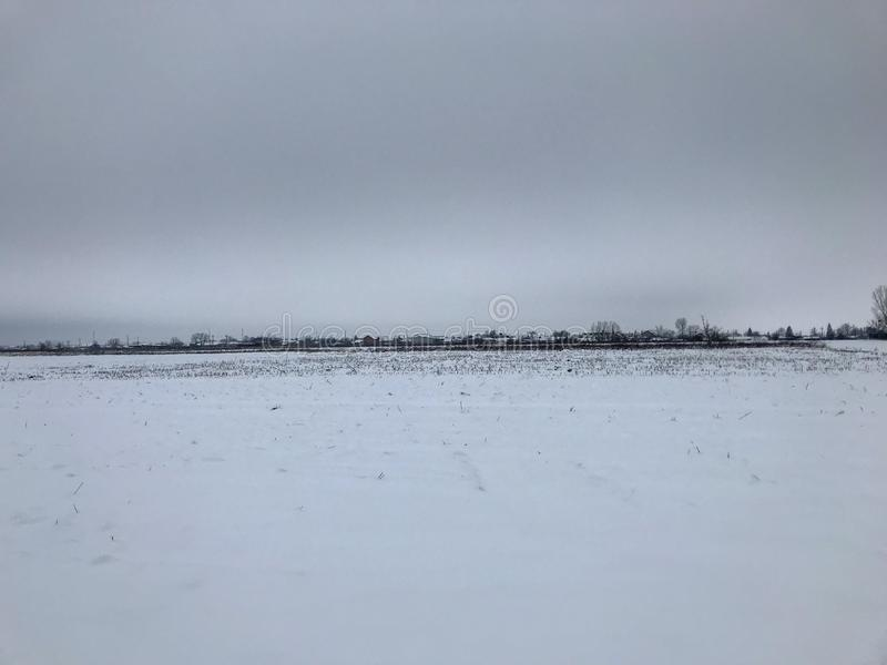 Paesaggio di inverno da un villaggio rumeno nell'inverno fotografia stock libera da diritti