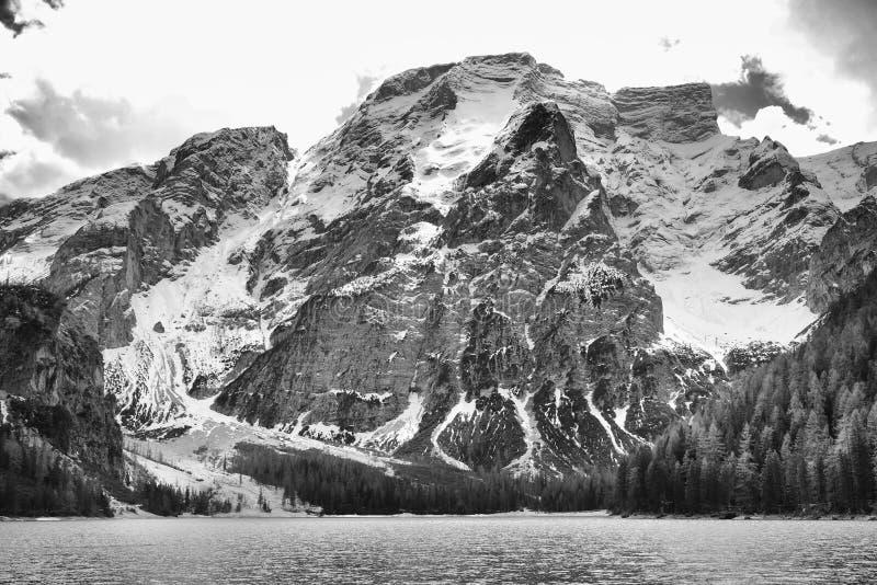 Paesaggio di inverno del lago Braies nelle alpi della dolomia immagini stock libere da diritti