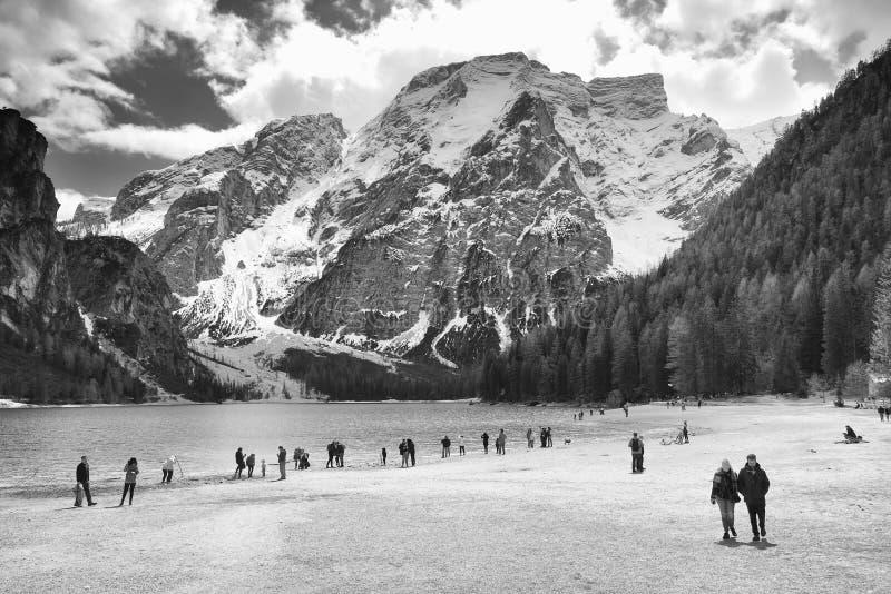 Paesaggio di inverno del lago Braies nelle alpi della dolomia immagini stock