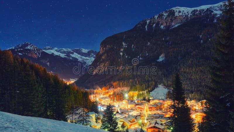 Paesaggio di inverno del villaggio nelle montagne fotografia stock libera da diritti