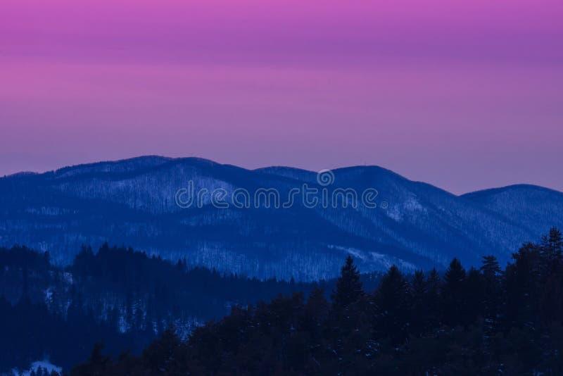 Paesaggio di inverno di tramonto immagine stock