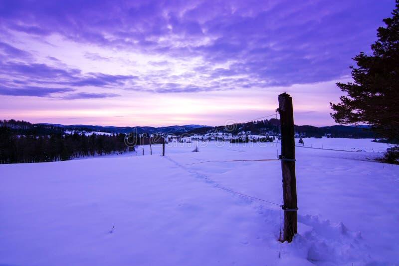 Paesaggio di inverno di tramonto immagini stock