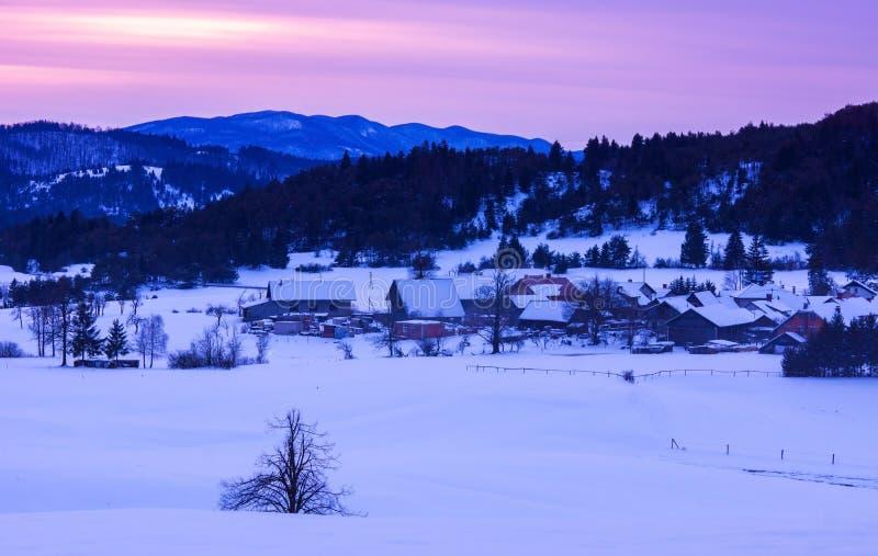 Paesaggio di inverno di tramonto fotografia stock