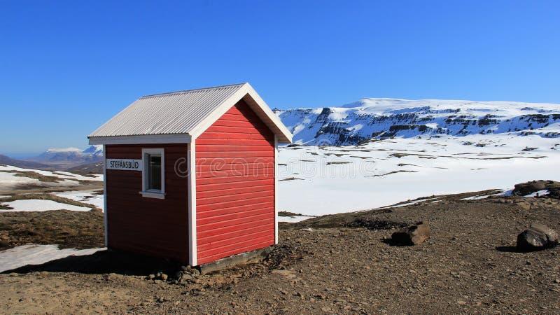 Paesaggio di inverno e cottage rosso in Sunny Day fotografia stock libera da diritti