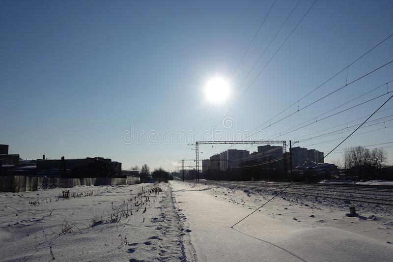 Paesaggio di inverno Il sole freddo basso illumina la ferrovia innevata La Russia La Russia immagine stock libera da diritti