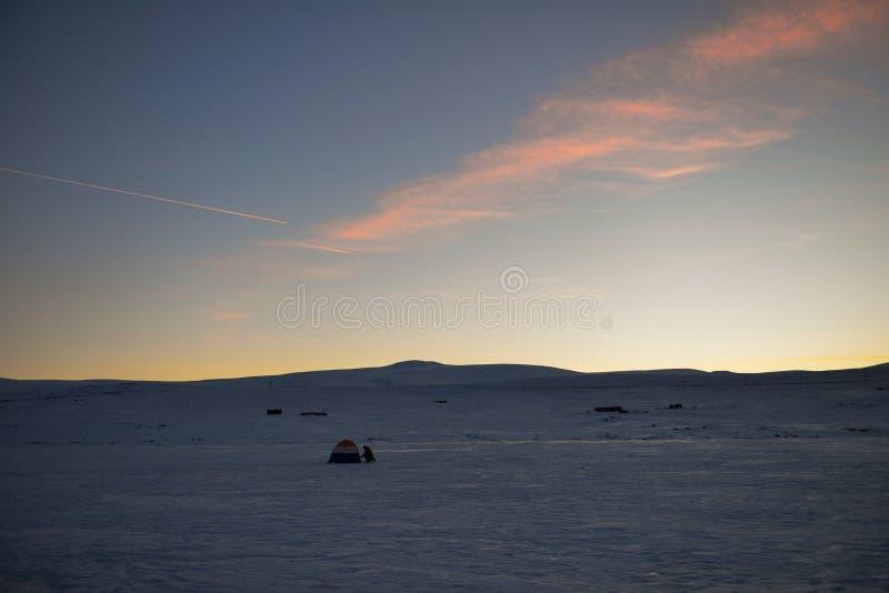 Paesaggio di inverno, lago congelato un chiaro giorno di inverno immagine stock