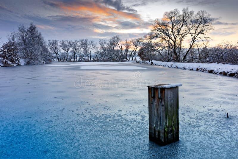 Paesaggio di inverno nell'ambito del tramonto di sera fotografia stock libera da diritti