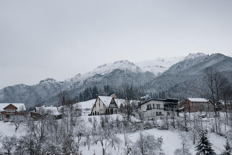 Paesaggio di inverno Paesino di montagna nella crusca, rumeno Carpathians fotografia stock libera da diritti