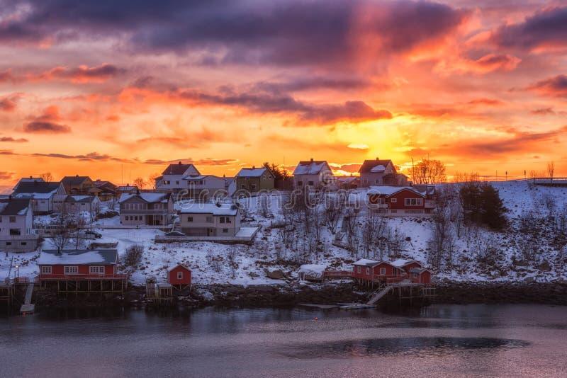 Paesaggio di inverno di paesaggio, paesino di pescatori ad alba, isole di Lofoten, Norvegia del Nord di Reine fotografie stock