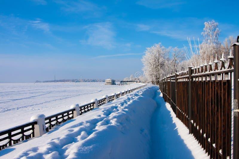 Paesaggio di inverno sul fiume fotografia stock