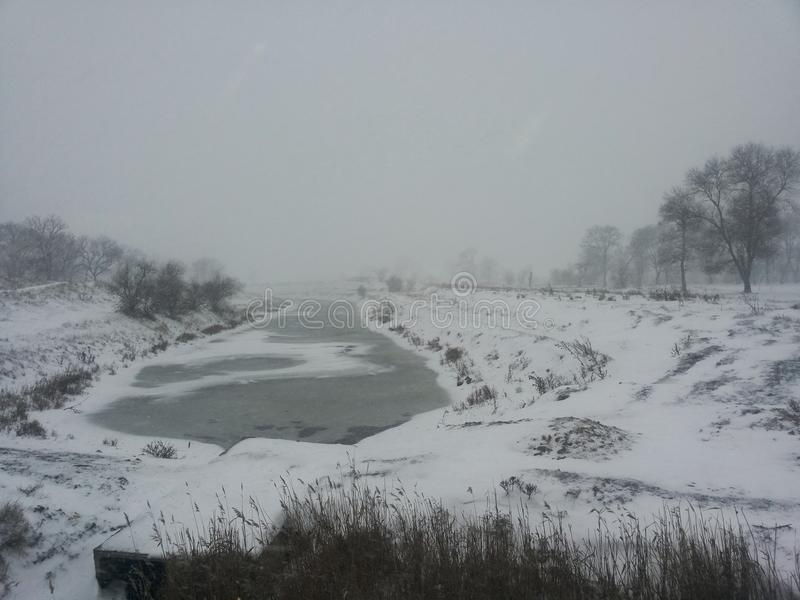 Paesaggio di inverno Un piccolo fiume in una bufera di neve di inverno Cartolina con un fiume nell'inverno Temperatura insufficie immagini stock libere da diritti
