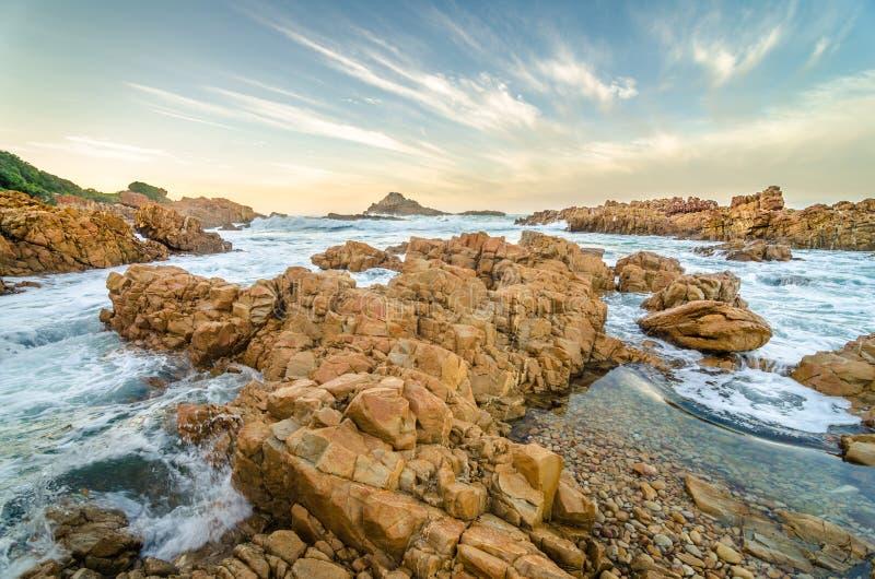 Paesaggio di Knysna, itinerario del giardino, Oceano Indiano, Sudafrica fotografie stock