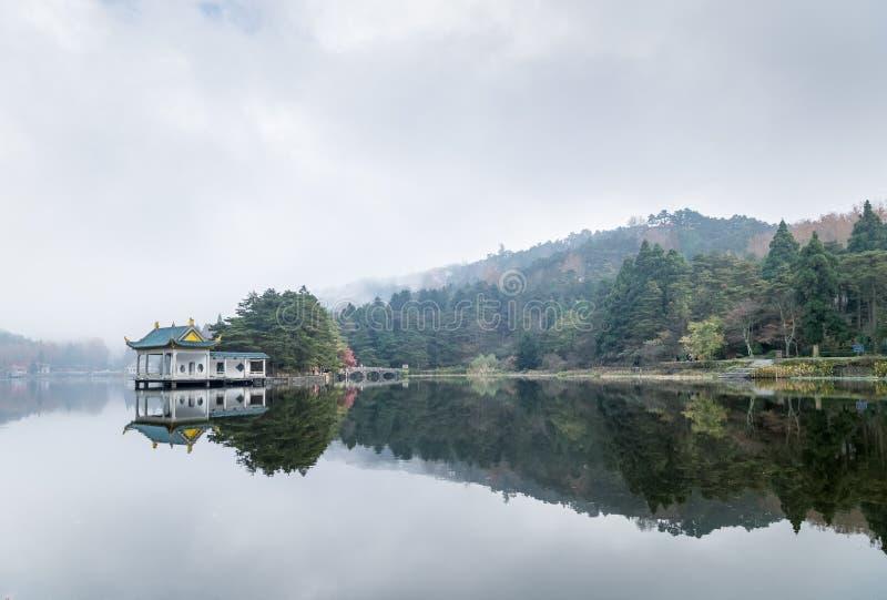 Paesaggio di Lushan del padiglione tradizionale sul lago fotografie stock